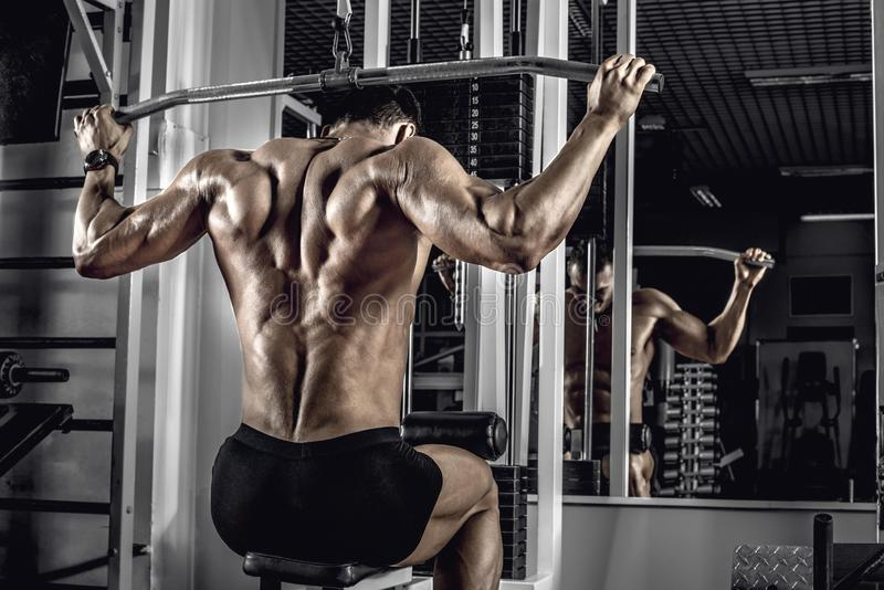 Faceta bodybuilder z ćwiczenie maszyną fotografia royalty free