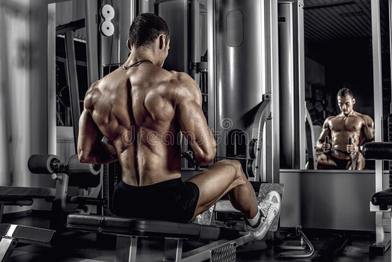 Faceta bodybuilder z ćwiczenie maszyną obrazy royalty free