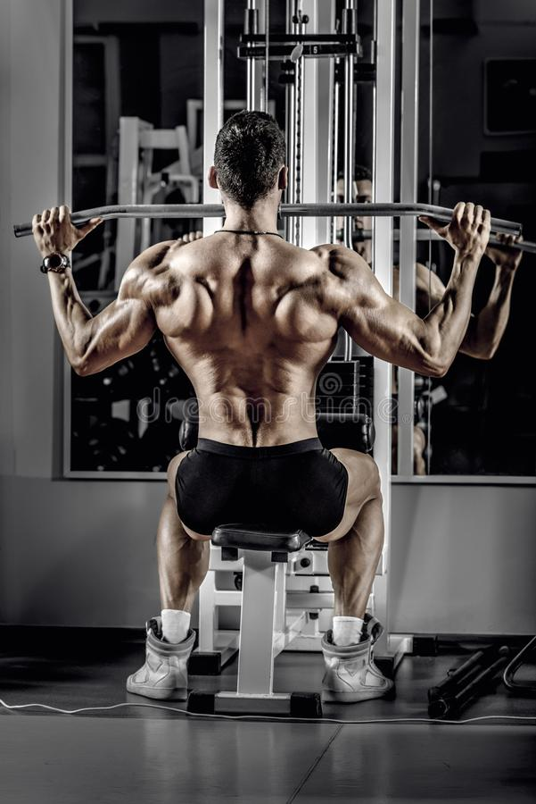 Faceta bodybuilder z ćwiczenie maszyną zdjęcia stock
