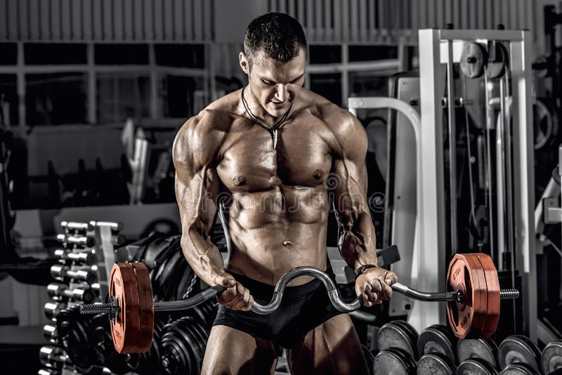 Faceta bodybuilder z barbell fotografia royalty free