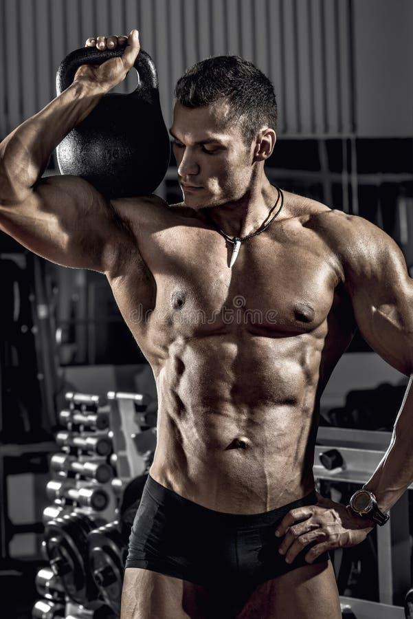 Faceta bodybuilder z ciężarem zdjęcie stock