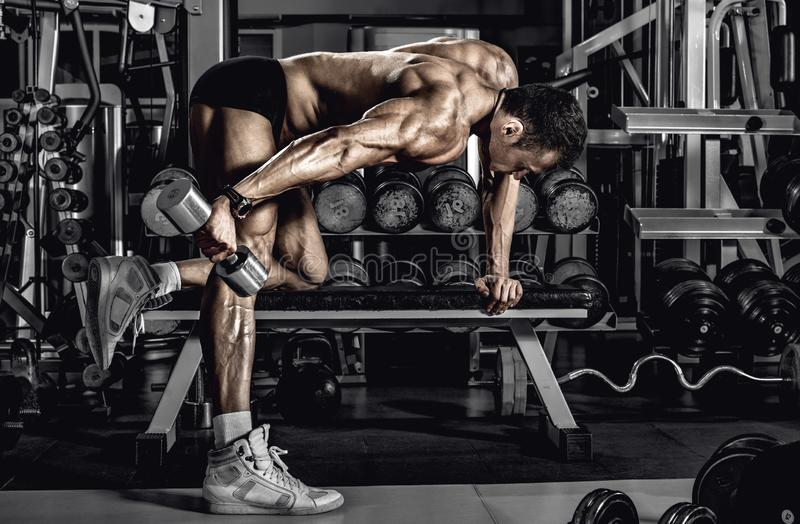 Faceta bodybuilder z dumbbell obrazy royalty free