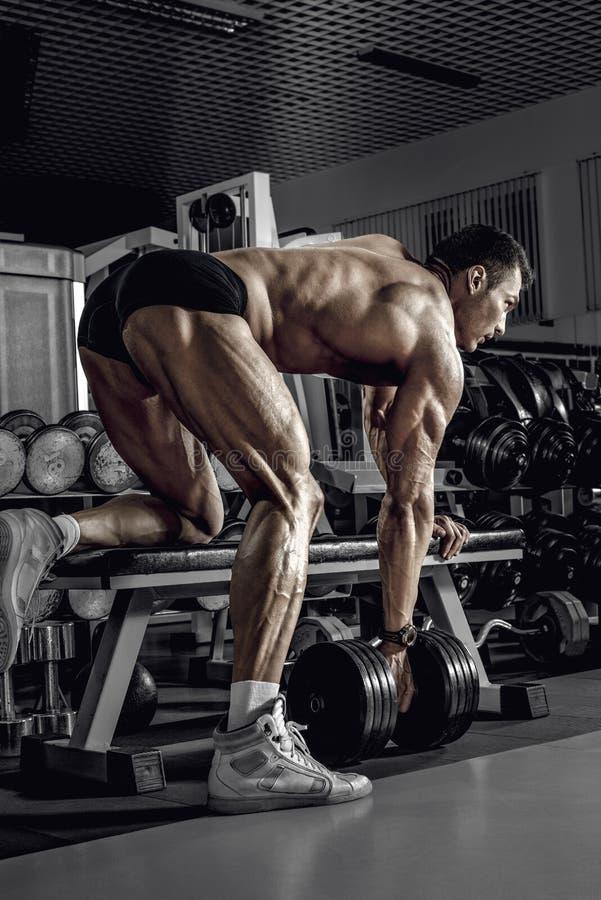 Faceta bodybuilder z dumbbell obrazy stock