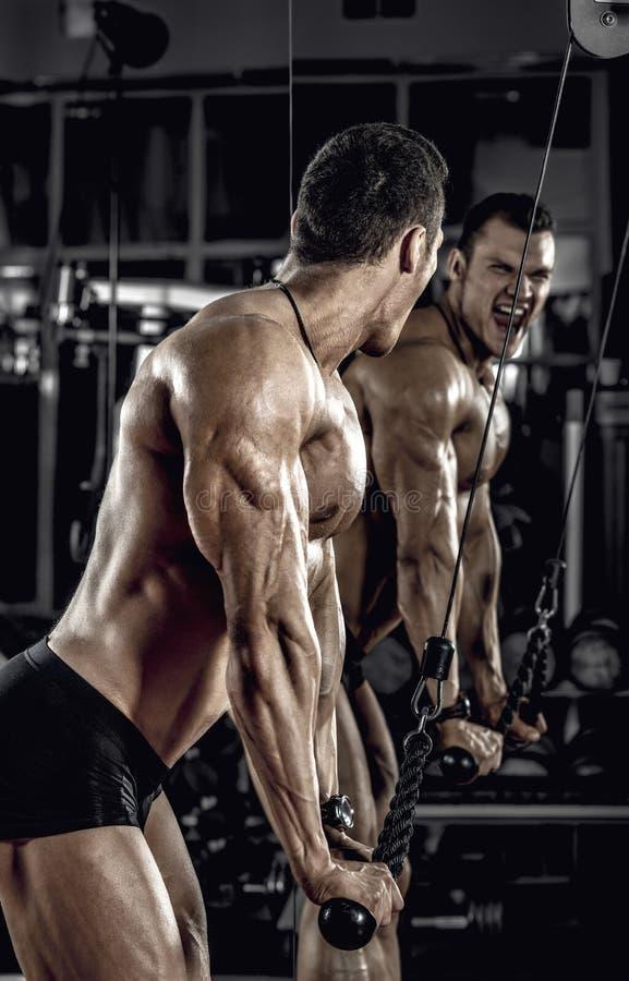 Faceta bodybuilder z dumbbell fotografia royalty free