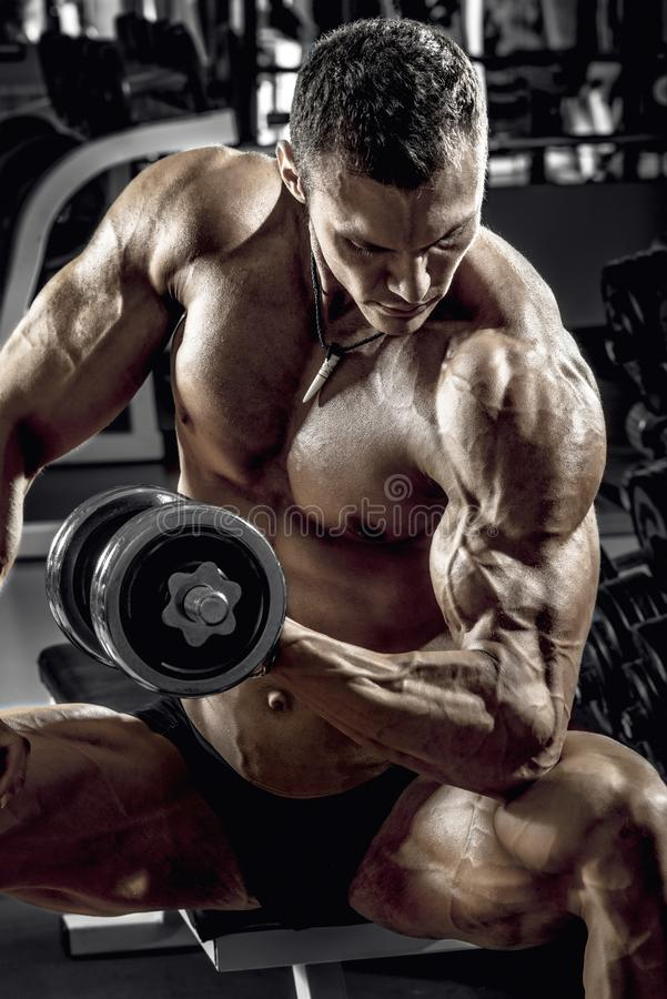 Faceta bodybuilder z dumbbell obraz royalty free