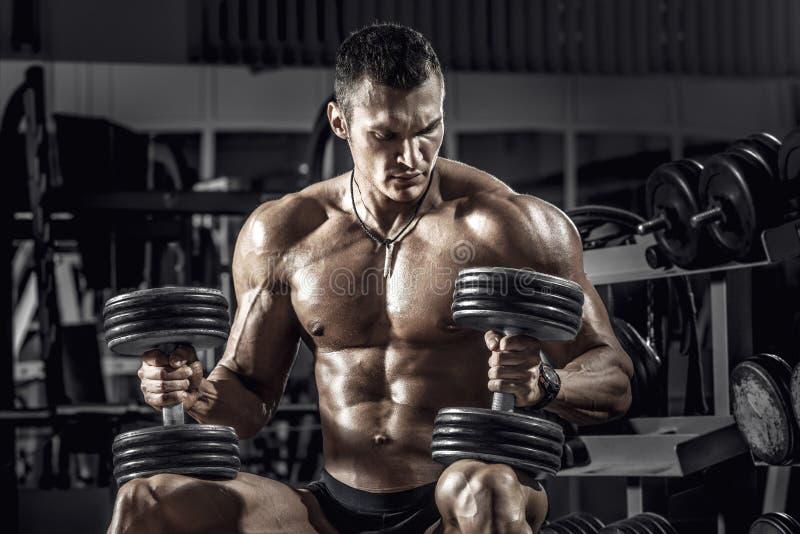 Faceta bodybuilder z dumbbell obraz stock