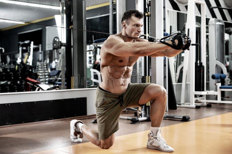 Faceta bodybuilder z ?wiczenie maszyn? obrazy royalty free