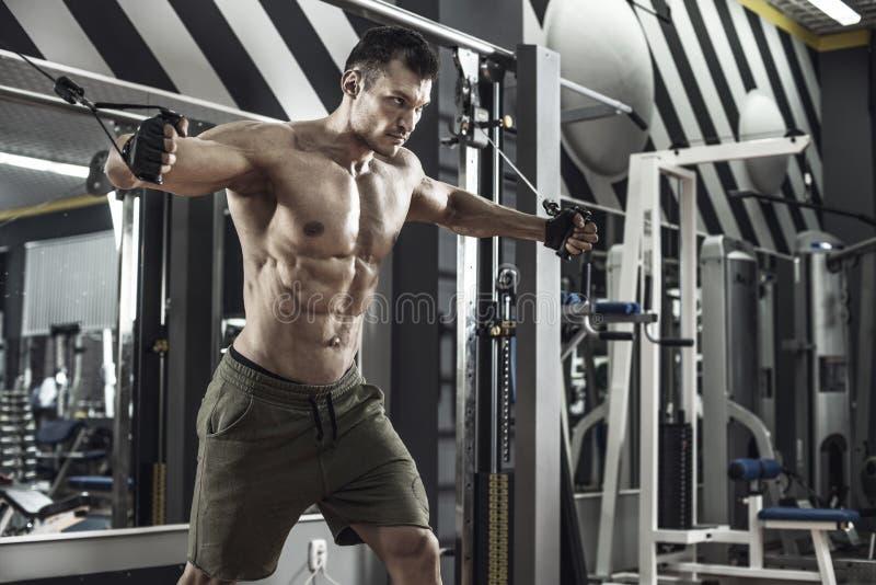 Faceta bodybuilder z ?wiczenie maszyn? obraz stock