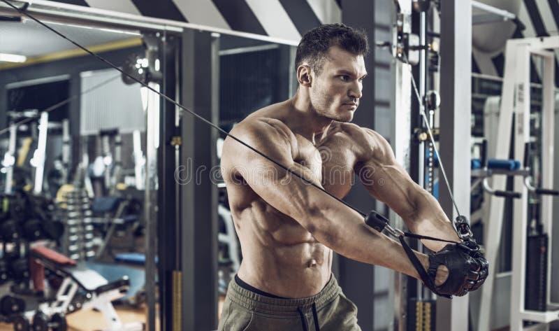 Faceta bodybuilder z ?wiczenie maszyn? zdjęcia stock