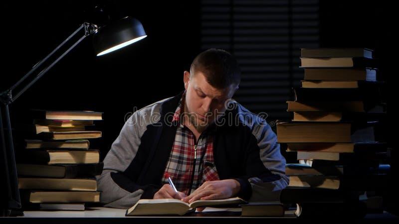 Faceta komes wewnątrz i siedzi puszek przy stołem z książkami Czarny tło zbiory wideo