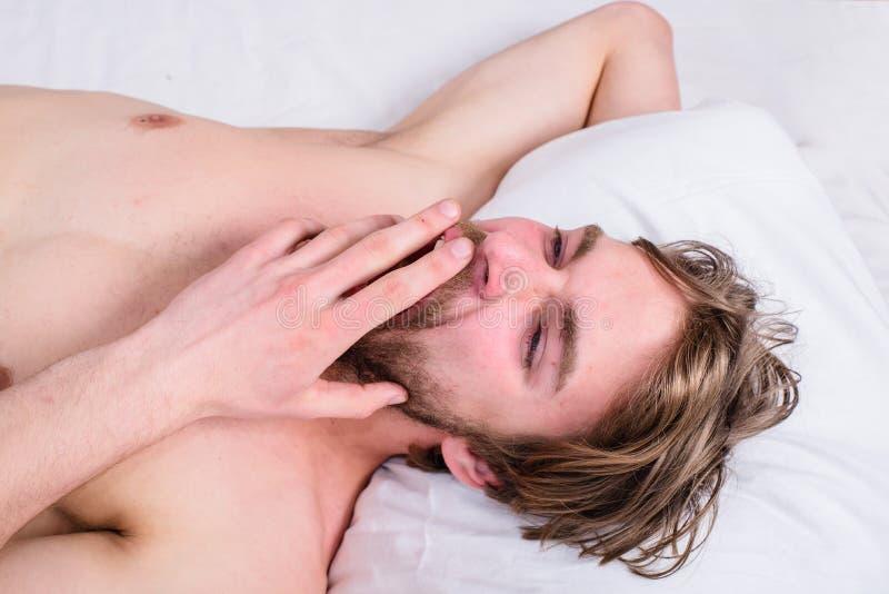 Faceta ranku śpiąca drzemka Przyjemny obudzenia pojęcie Obsługuje nieogolonej przystojnej facet nagiej półpostaci relaksującego ł zdjęcie stock