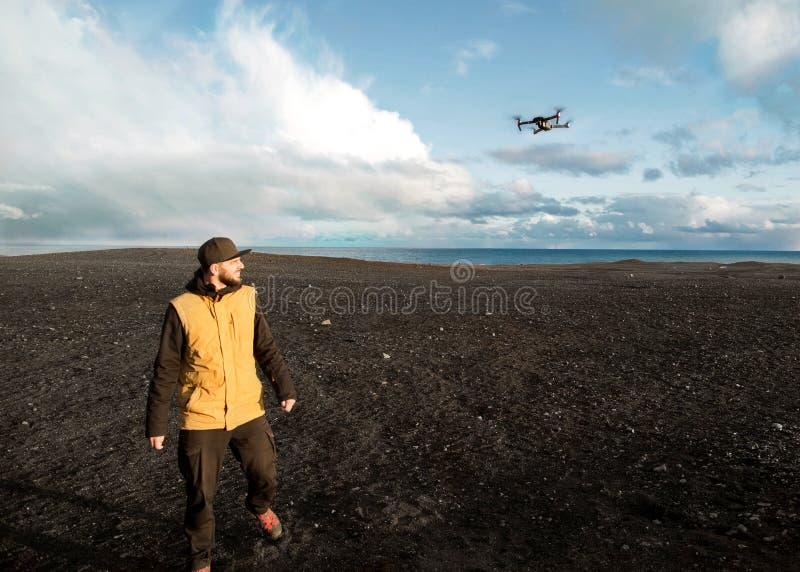 Faceta turysta wszczyna quadrocopter z rękami w górach obrazy royalty free