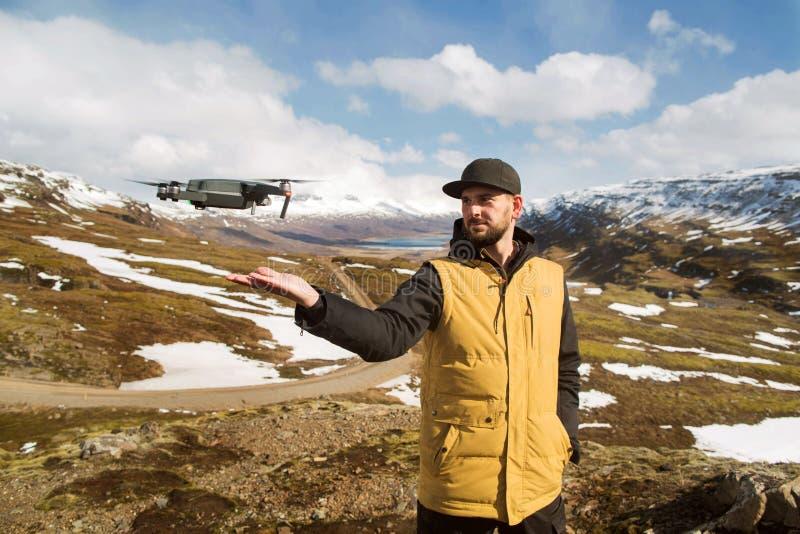 Faceta turysta wszczyna quadrocopter z rękami w górach obraz stock