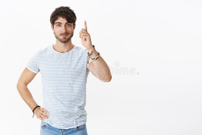 Faceta w końcu Mady decyzji dźwigania palec wskazujący w Eureka gescie z radosnego smirk uczucia gotowego rozkazu smakowitym jedz fotografia stock