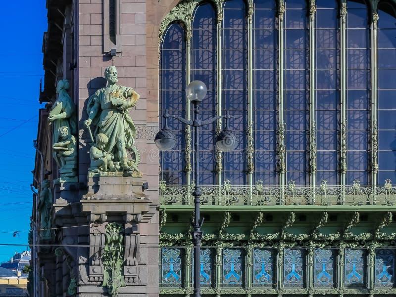 Fachada adornada de un colmado famoso hist?rico Eliseevsky en la perspectiva de Nevsky en St Petersburg, Rusia imagenes de archivo