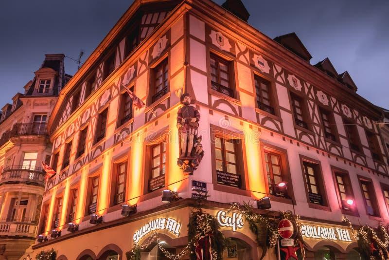 Fachada adornada la Navidad del café de Guillaume Tell en Mulhous imagenes de archivo