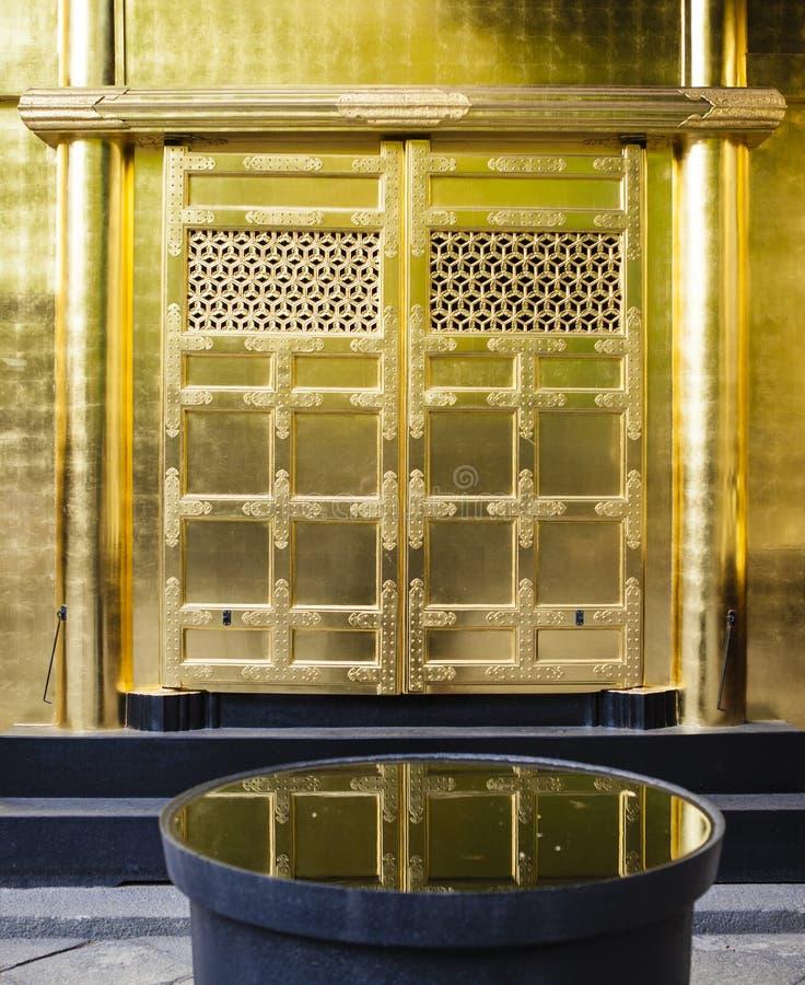 Fachada adornada rica de la capilla de Toshogu en el parque de Ueno (Uenokoen) en Tokio, Japón imagenes de archivo