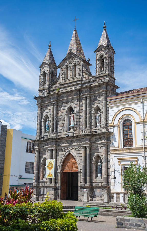 Fachada al aire libre de una iglesia colonial vieja fotografía de archivo