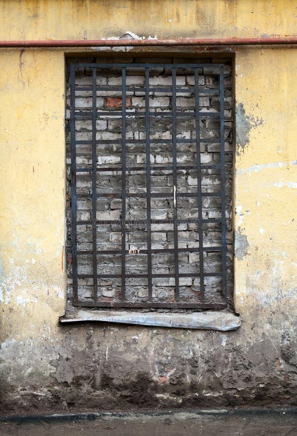 Fachada amarela velha com janela fechado foto de stock