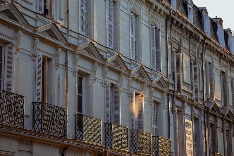 Fachada antigua constructiva francesa en la puesta del sol imagenes de archivo