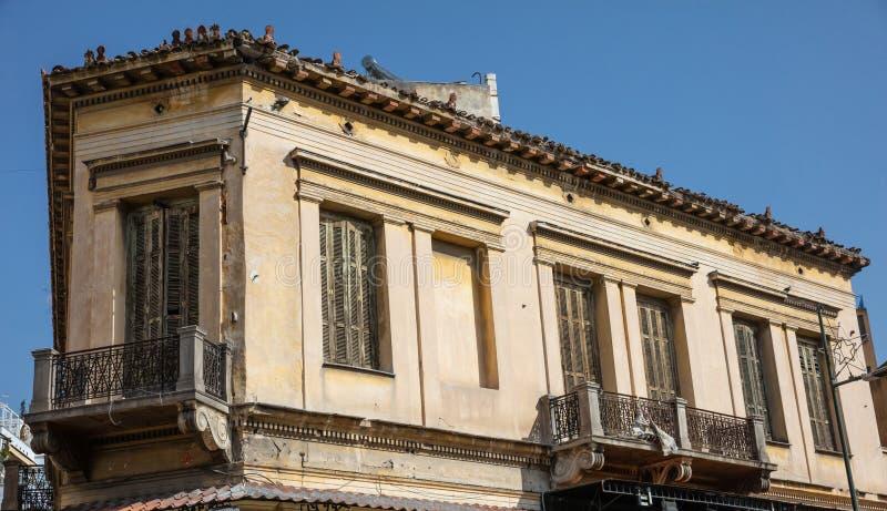 Fachada arruinada de un edificio abandonado en Monastiraki, Atenas, Grecia fotografía de archivo libre de regalías