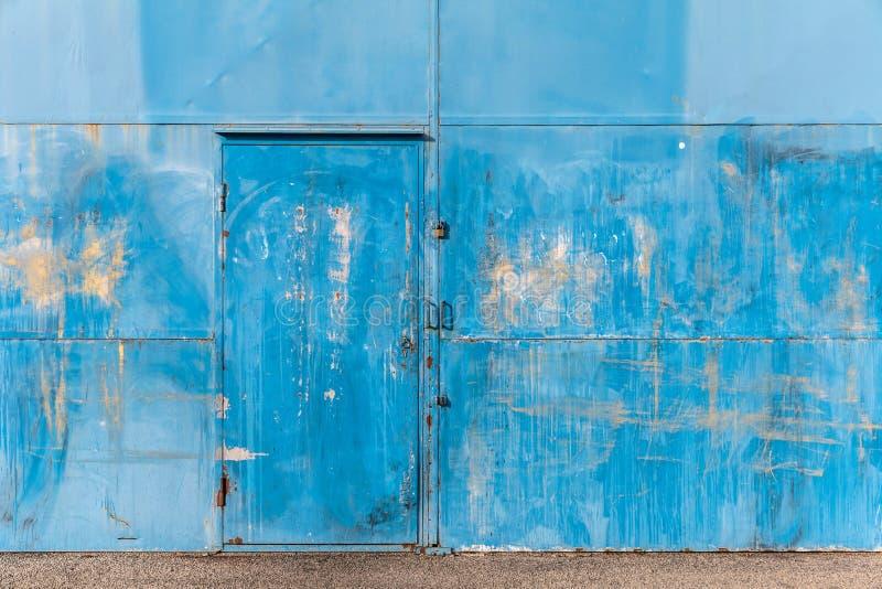 Fachada azul de un almacén anterior fotos de archivo