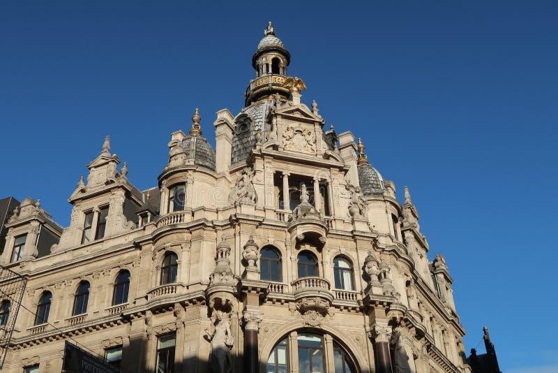 Fachada barroca de un edificio histórico en la calle que hace compras famosa Meir en Amberes, fotografía de archivo