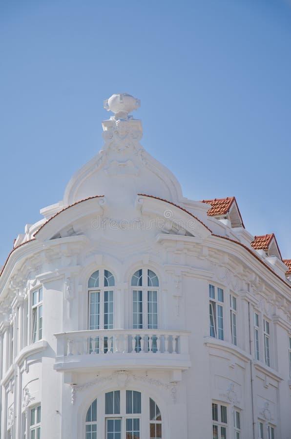 Fachada blanca del edificio del viejo estilo imágenes de archivo libres de regalías