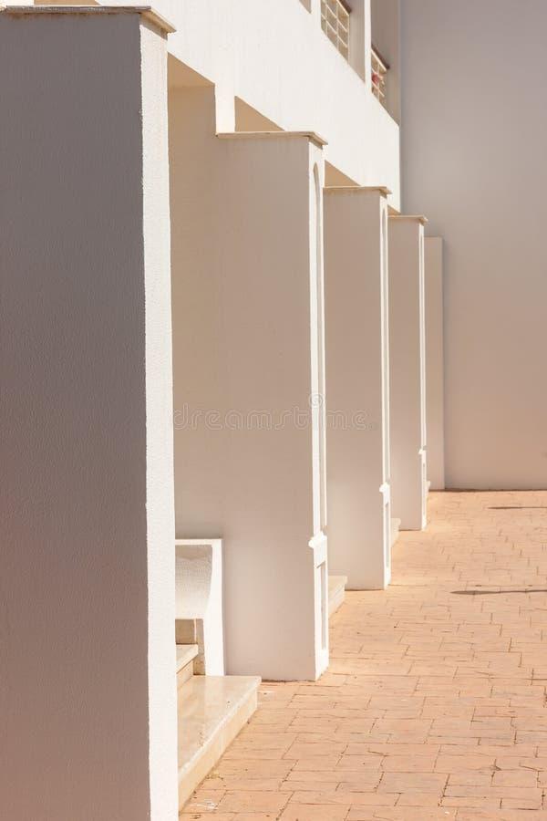 Fachada blanca del edificio en Egipto fotos de archivo