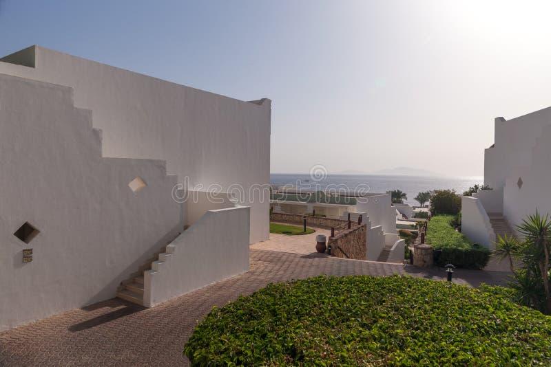 Fachada blanca del edificio en Egipto imagen de archivo libre de regalías