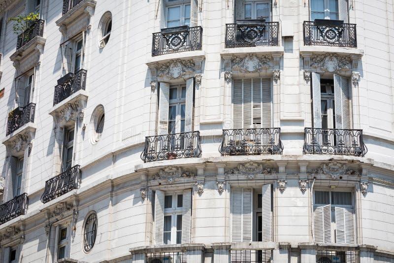 Fachada blanca del edificio histórico en Buenos Aires, la Argentina imágenes de archivo libres de regalías