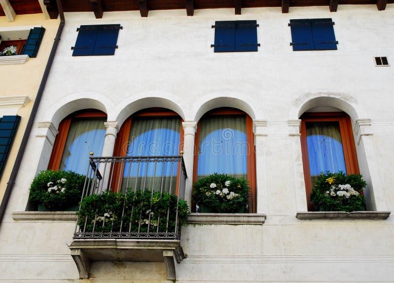 Fachada blanca y florecido de un edificio en Oderzo en la provincia de Treviso en el Véneto (Italia) foto de archivo libre de regalías