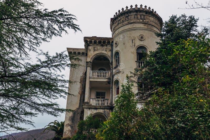 Fachada bonita do palácio abandonado Sanatório abandonado em Gagra, a Abkhásia foto de stock
