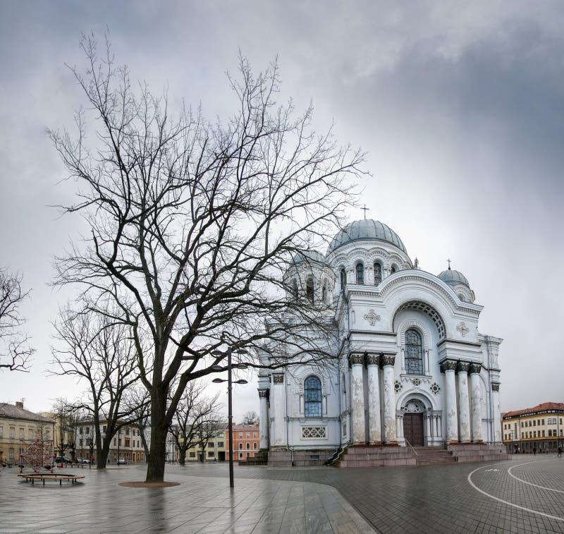 Fachada branca da igreja com madeira na cidade de Kaunas imagens de stock