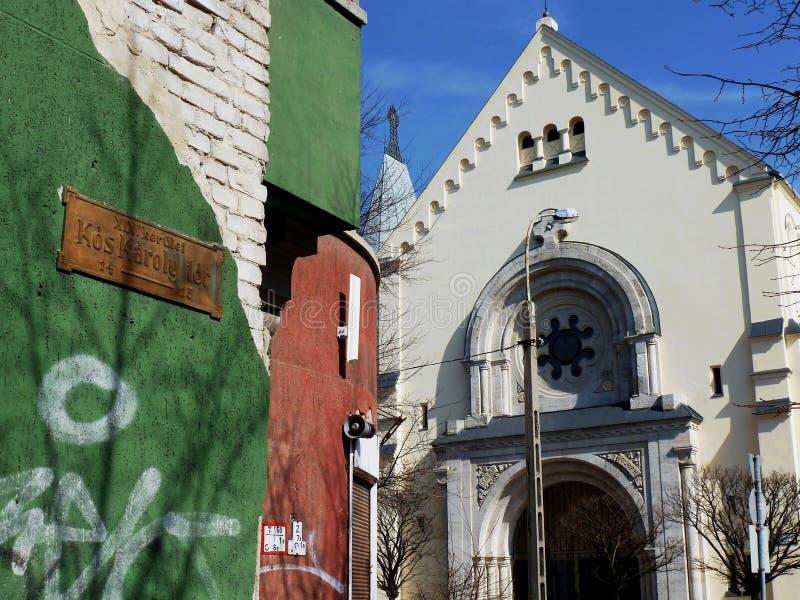 Fachada branca da igreja velha em Budapest fotos de stock