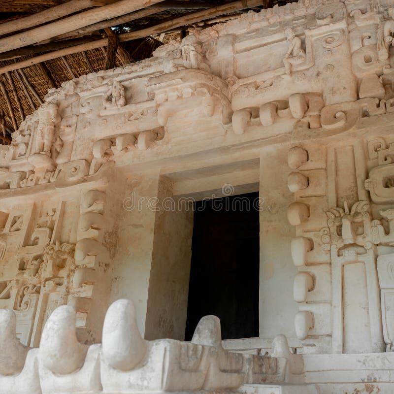 Fachada cinzelada de um templo maia antigo, na área arqueológico de Ek Balam foto de stock royalty free