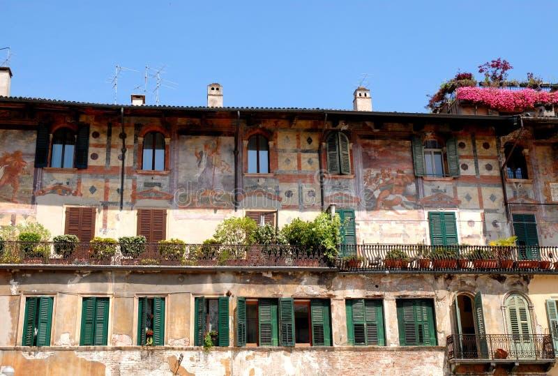 Fachada coloreada en el delle Erbe de la plaza en Verona fotografía de archivo