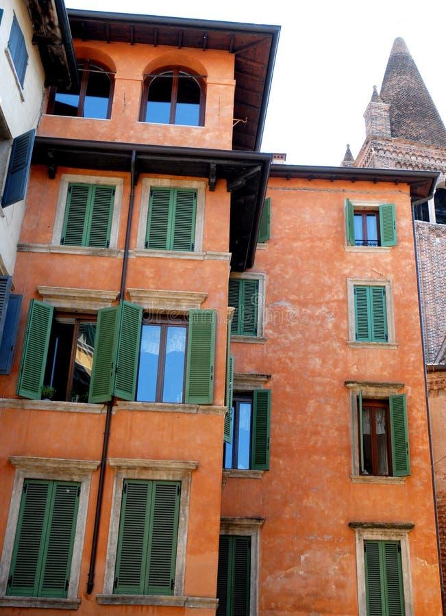 Fachada coloreada muchas ventanas y campanario fotos de archivo