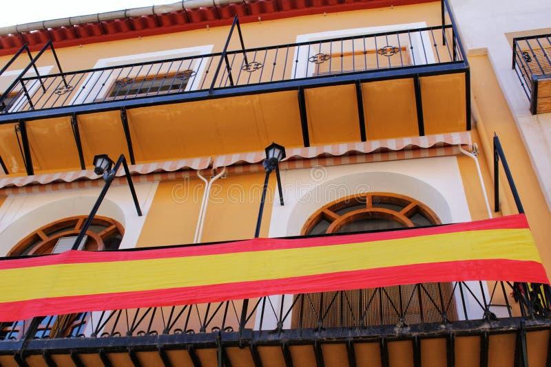 Fachada colorida con la bandera española en Caravaca de la Cruz, Murcia, España fotos de archivo libres de regalías
