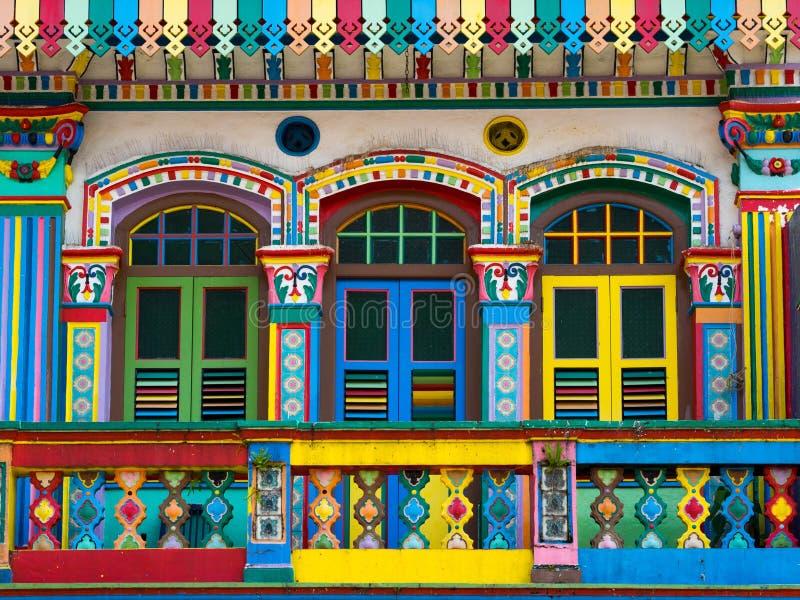 Fachada colorida da construção famosa em pouca Índia, Singapura imagens de stock royalty free