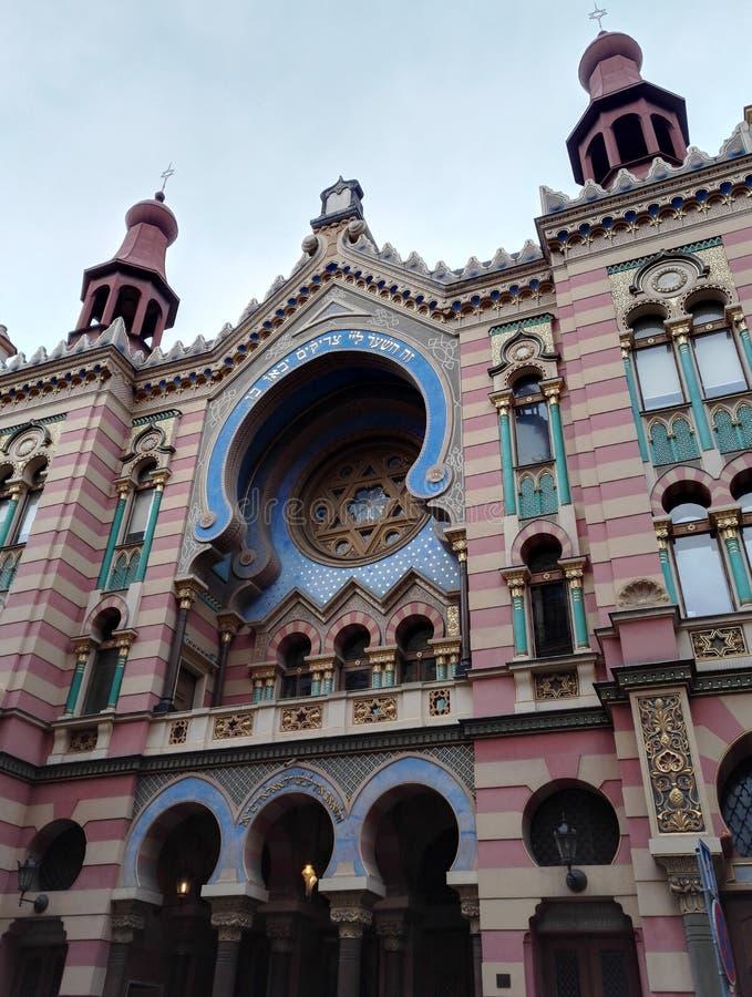 A fachada colorida da sinagoga do jubileu em Praga imagem de stock royalty free