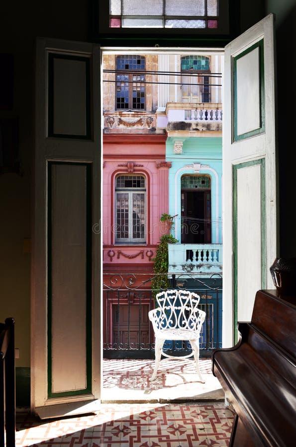 Fachada colorida del edificio en Cuba foto de archivo libre de regalías