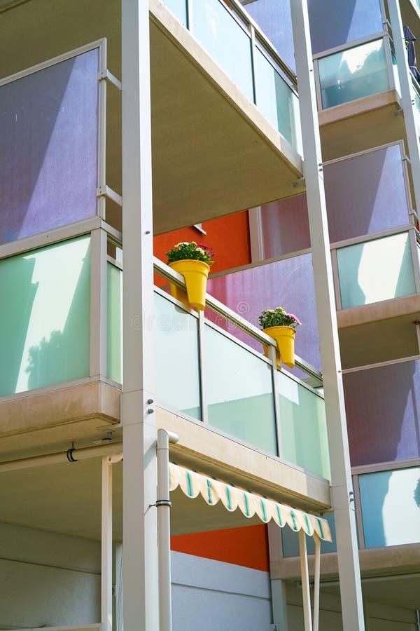 Fachada colorida do balcão fotografia de stock