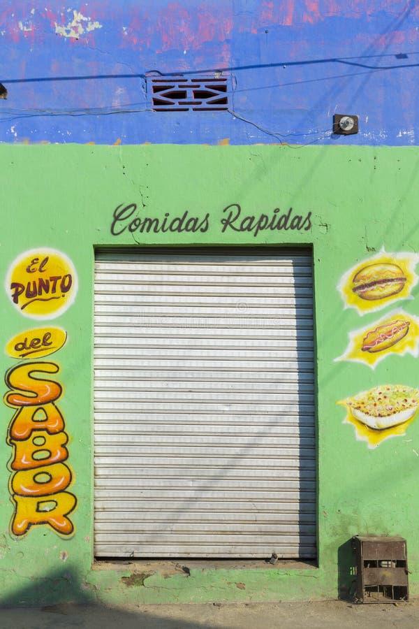 Fachada colorida do restaurante de fastfood em Santa Marta, Colômbia foto de stock royalty free