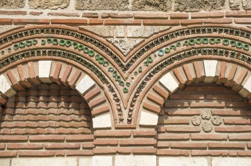 A fachada com cortinas arqueia St Paraskeva em Nessebar velho, Bulgari foto de stock