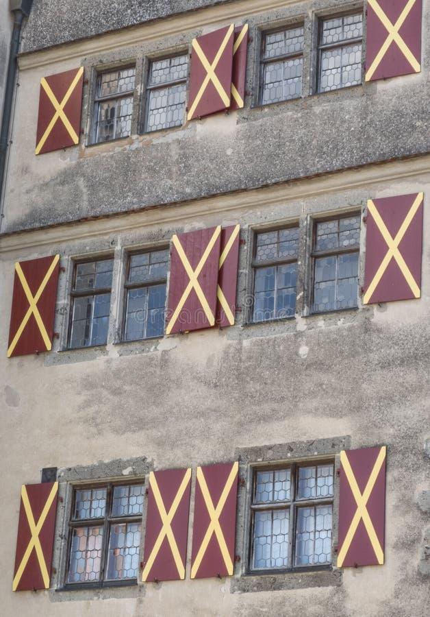 A fachada com janelas e os obturadores em Harburg fortificam em Baviera, imagens de stock