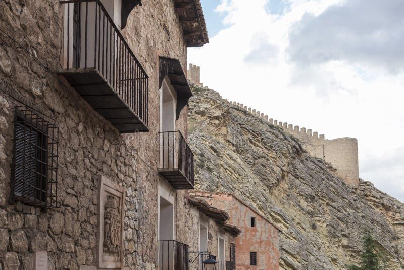 Fachada con el escudo al principio de una calle en AlbarracÃn, casa con los balcones, en la parte inferior de la pared del castil fotografía de archivo