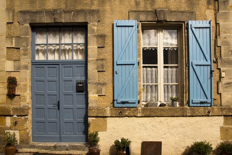Fachada con la puerta y el obturador azules imagen de archivo libre de regalías