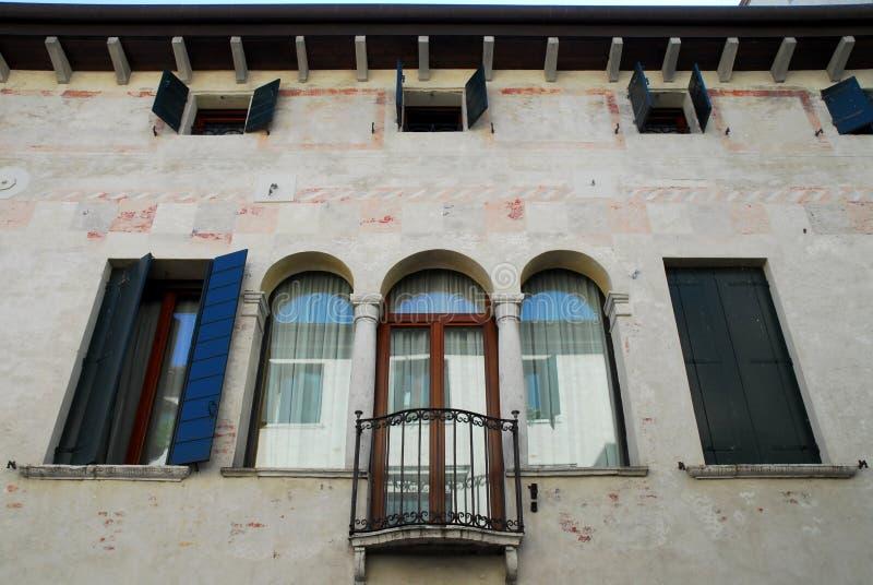 Fachada con la ventana dividida con parteluz de un edificio antiguo en Oderzo en la provincia de Treviso en el Véneto (Italia) foto de archivo libre de regalías