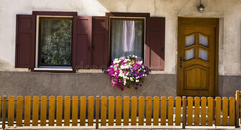 Fachada con las flores, Nova Levante, Italia imágenes de archivo libres de regalías